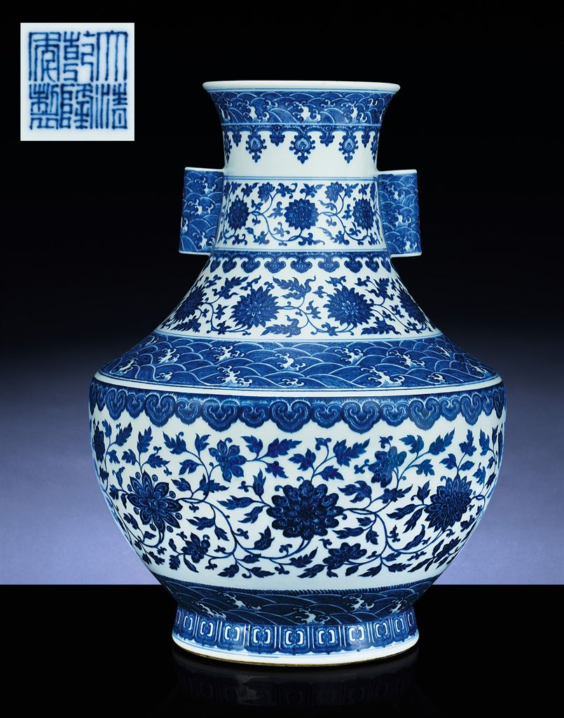 A FINE LARGE BLUE AND WHITE HU-FORM VASE