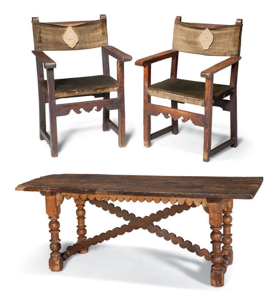 table et deux chaises a bras formant paire de style