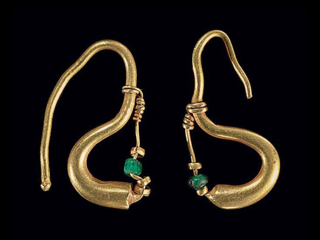 TWO ROMAN GOLD EARRINGS CIRCA 1ST CENTURY AD Ancient Art