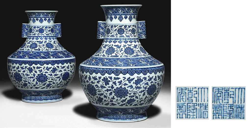 A MAGNIFICENT PAIR OF LARGE BLUE AND WHITE VASES, HU