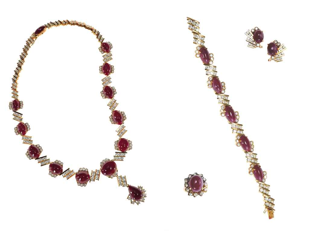 A SUITE OF CABOCHON RUBY, DIAM