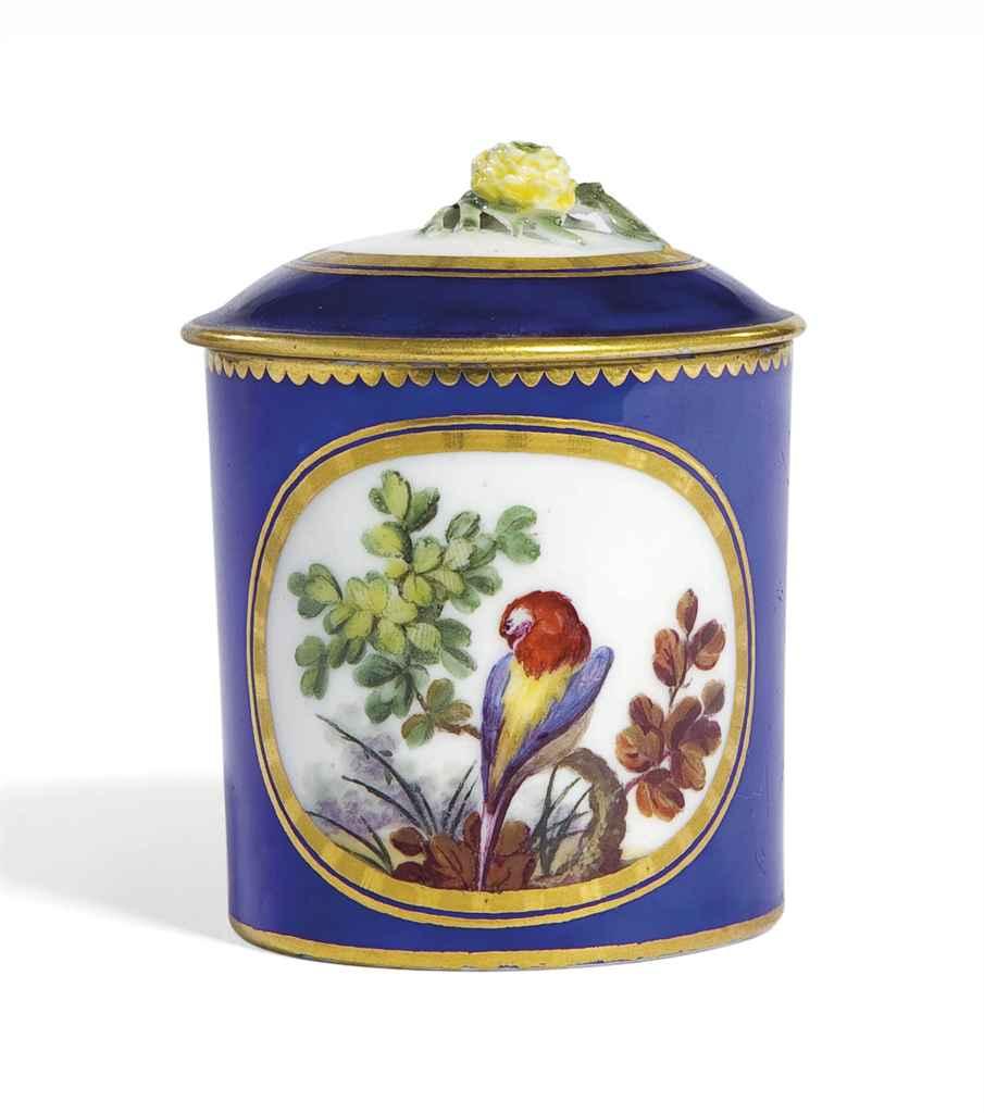 petit pot a pommade et couvercle en porcelaine de sevres du xviiieme siecle marque en bleu