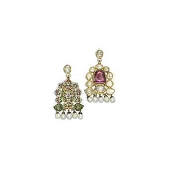 A PAIR OF INDIAN SPINEL, DIAMOND AND PEARL EAR PENDANTS