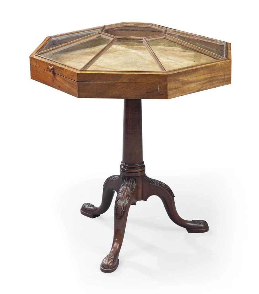 A MAHOGANY VITRINE TABLE , THE TRIPOD BASE GEORGE II CIRCA 1750, THE VITRINE  -> Table Centrale Vitrine