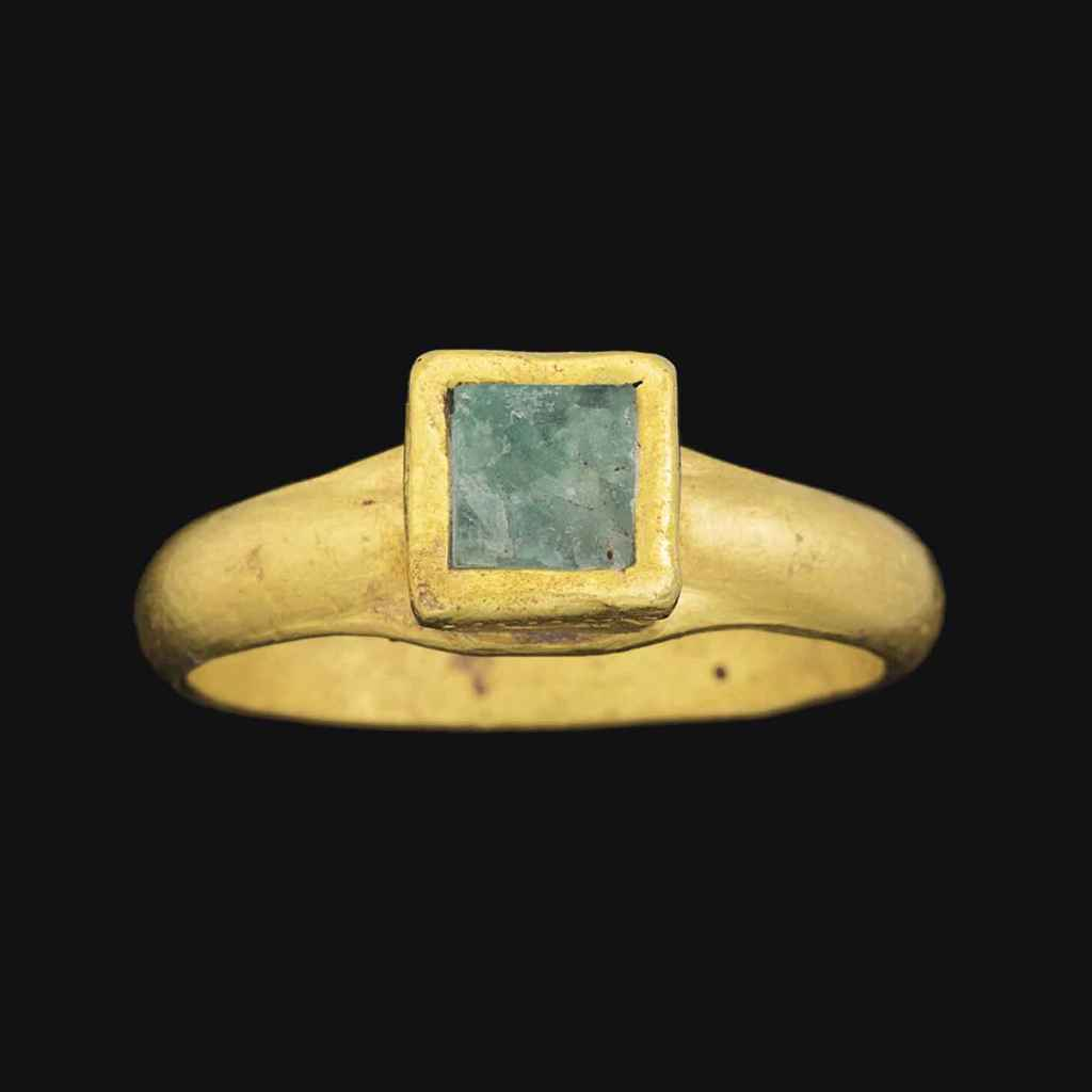 A LATE ROMAN GOLD AND EMERALD