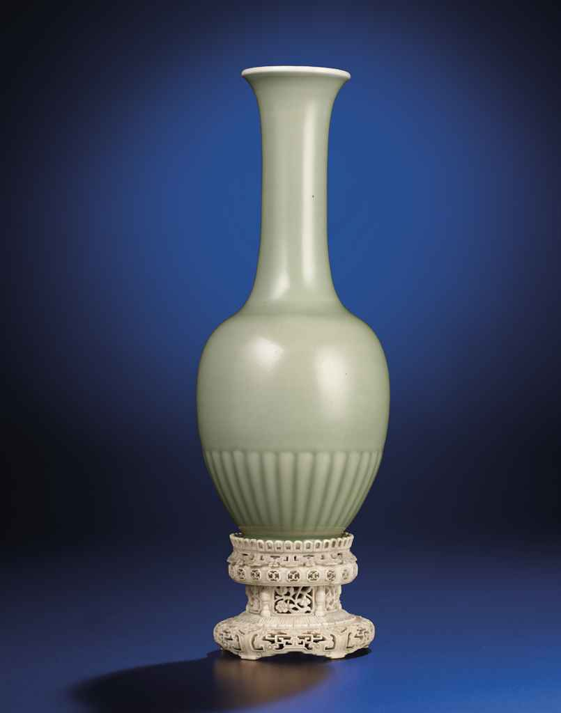 A VERY RARE PALE CELADON-GLAZED CHRYSANTHEMUM VASE, JUBAN PI...
