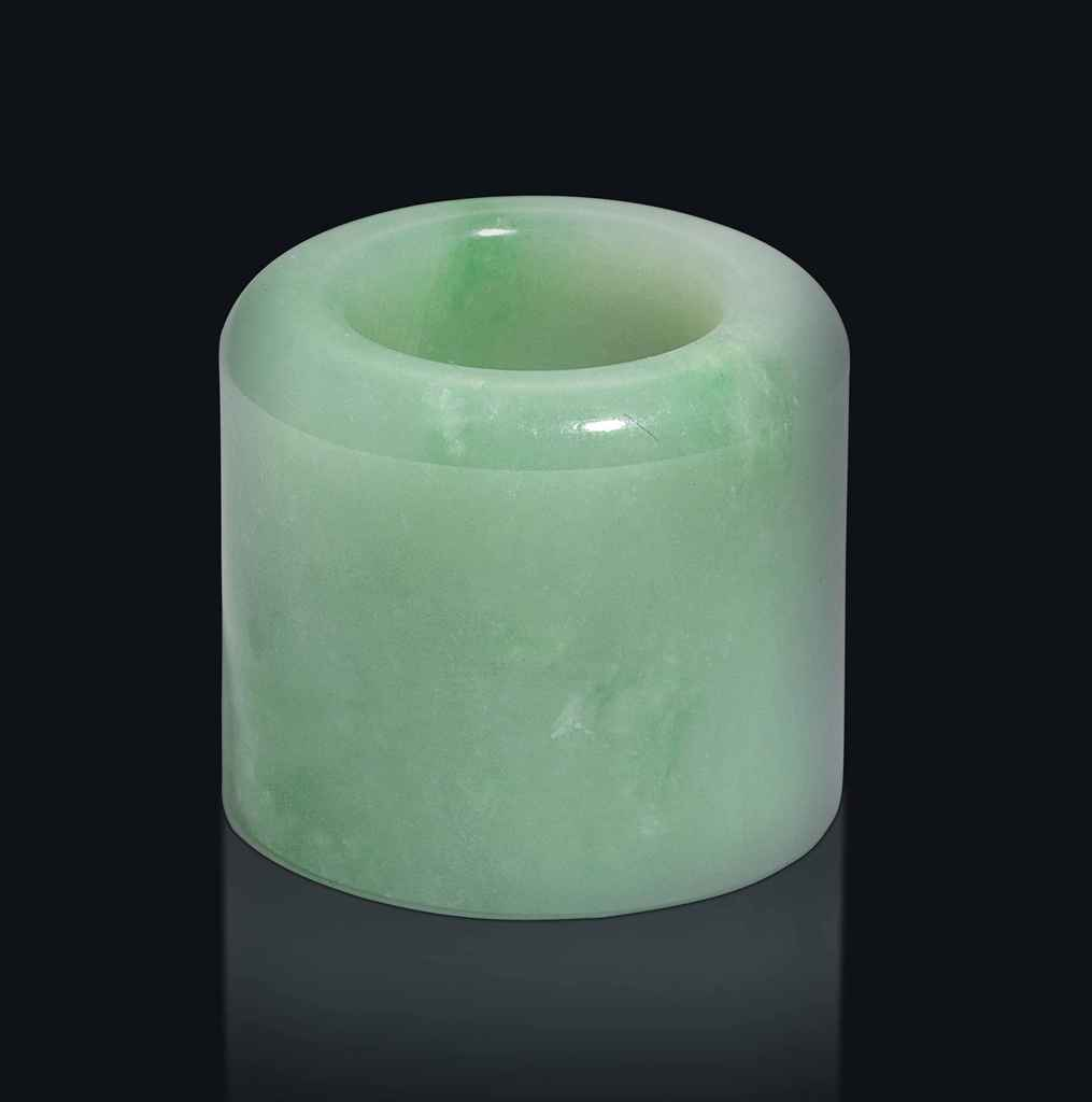 A CHINESE GREEN AND WHITE JADEITE ARCHER'S RING