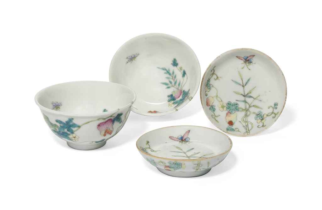 A PAIR OF CHINESE FAMILLE ROSE 'POMEGRANATE' BOWLS AND A PAI...