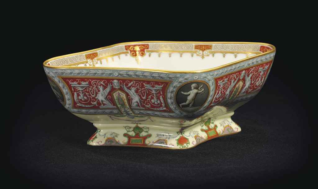 A PORCELAIN SERVING BOWL FROM