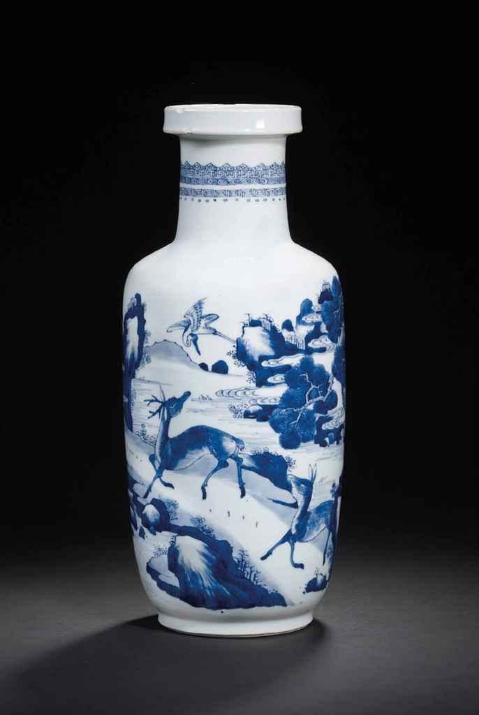 Vase rouleau en porcelaine bleu blanc chine dynastie qing epoque kangxi 1662 1722 christie 39 s for Porcelaine de chine
