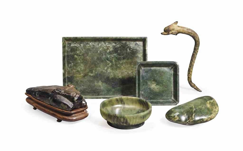 A GROUP OF CHINESE JADE TABLE OBJECTS AND A HARDSTONE MYTHIC...