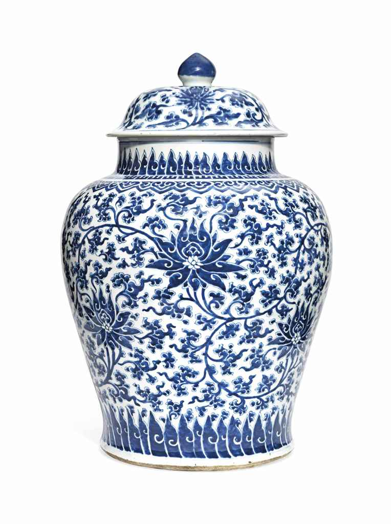 A LARGE CHINESE BLUE AND WHITE BALUSTER JAR AND A COVER