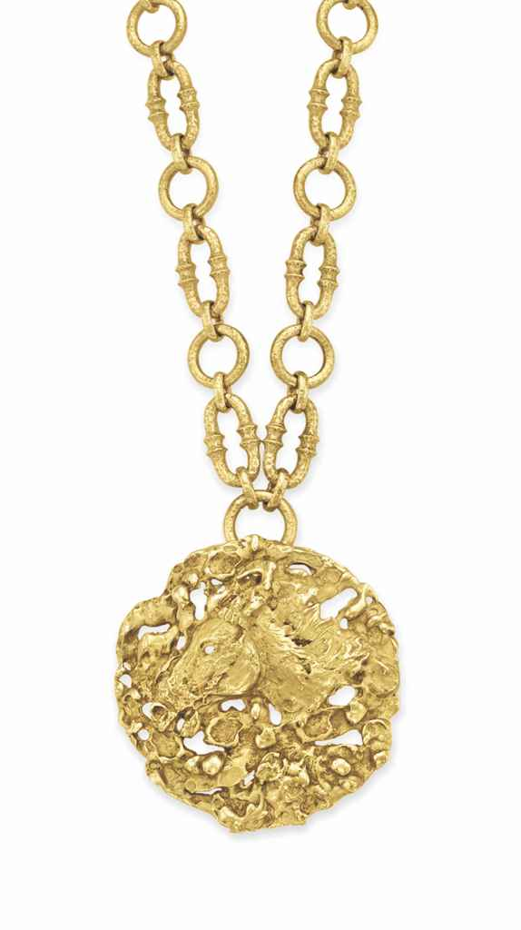 A GOLD PENDANT NECKLACE, BY VA