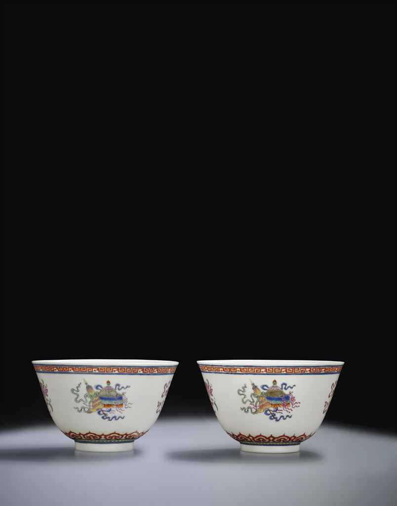 A FINE PAIR OF FAMILLE ROSE 'BAJIXIANG' BOWLS