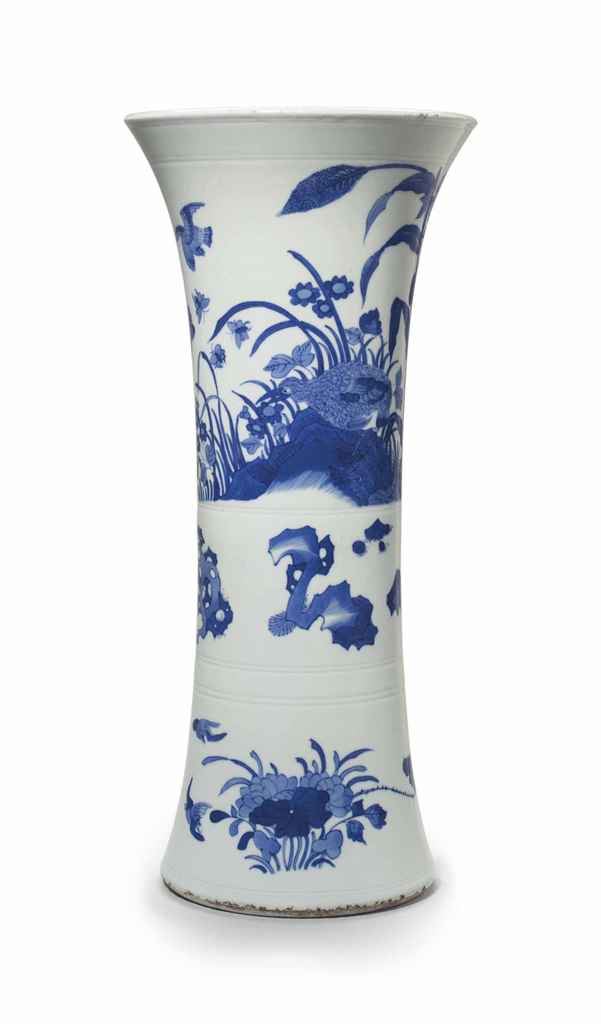 A BLUE AND WHITE BEAKER VASE