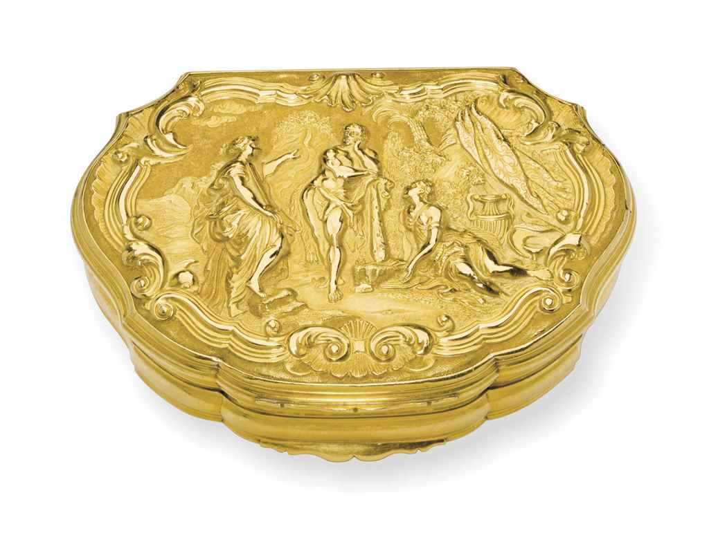 A GEORGE II GOLD SNUFF BOX