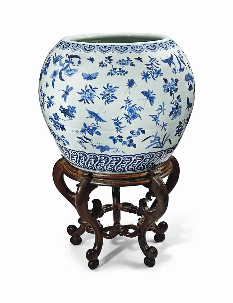A LARGE CHINESE BLUE AND WHITE JARDINIÈRE