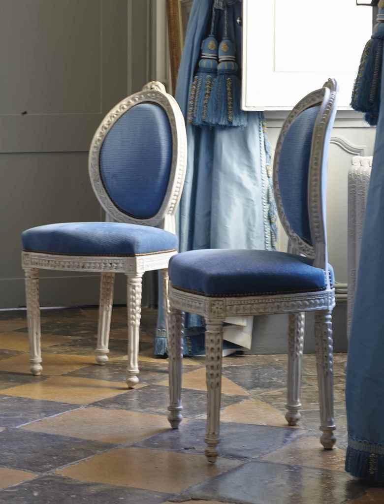 Paire de chaises de style neoclassique xixeme siecle for Chaise medaillon solde