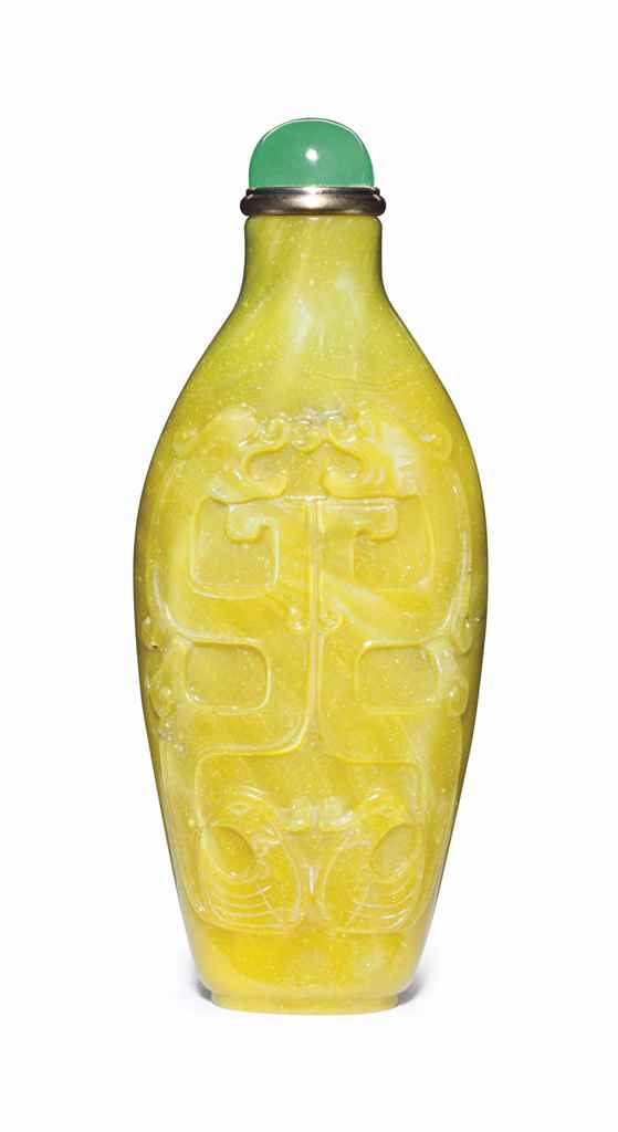 A CARVED YELLOW GLASS SNUFF BO