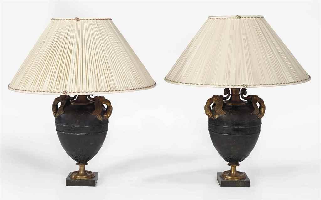 PAIRE DE LAMPES DE STYLE NEOCL