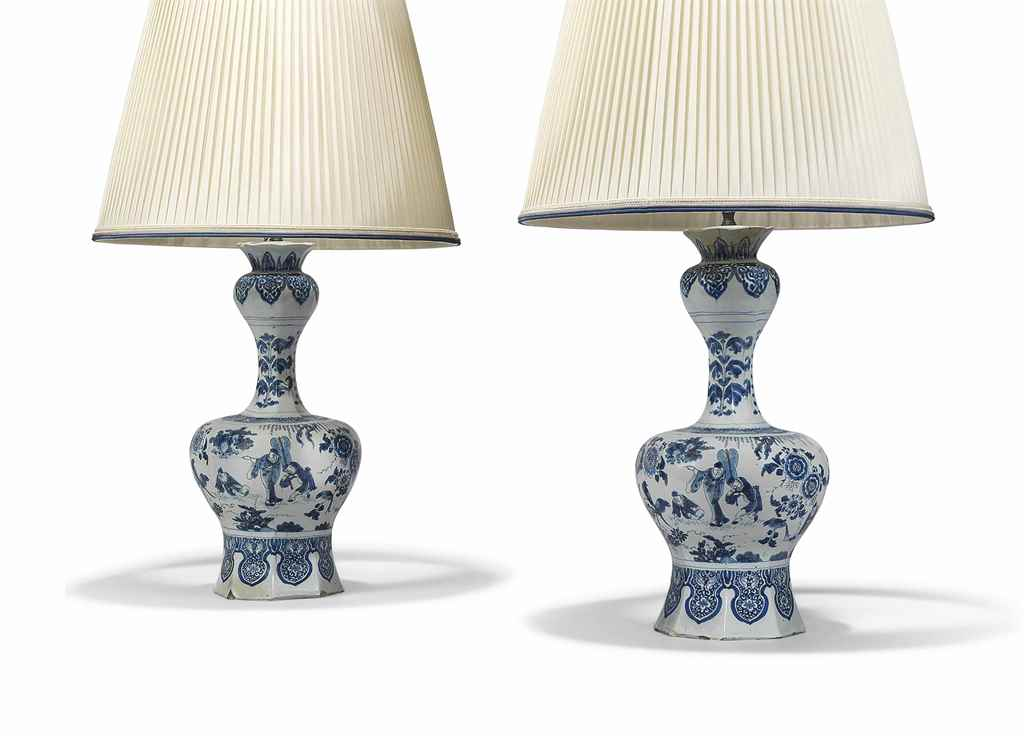 A PAIR OF DUTCH DELFT (DE PAAU