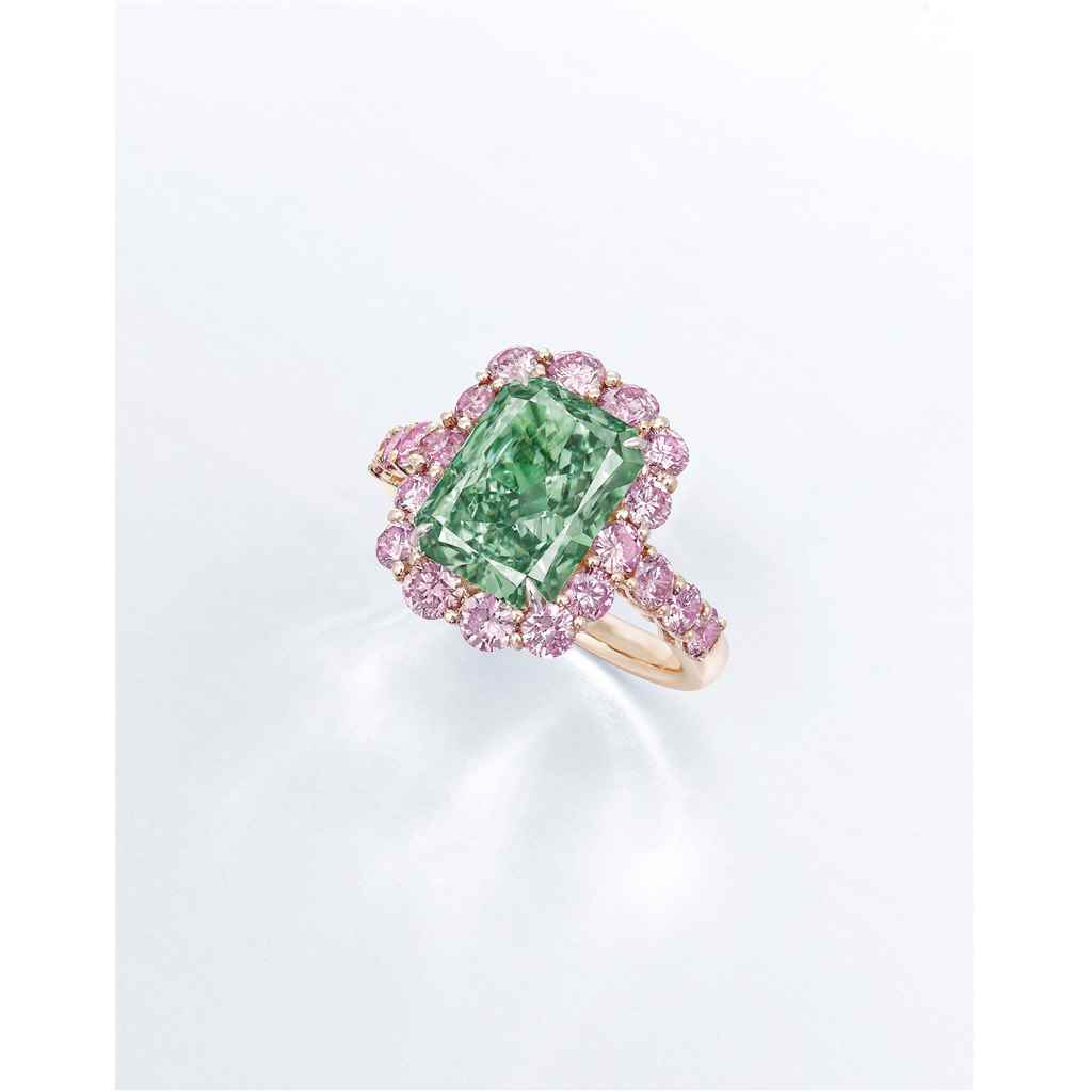 A SUPERB COLOURED DIAMOND RING