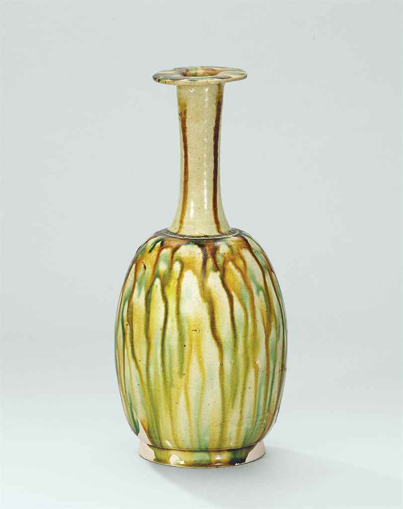 A SANCAI-GLAZED BOTTLE VASE