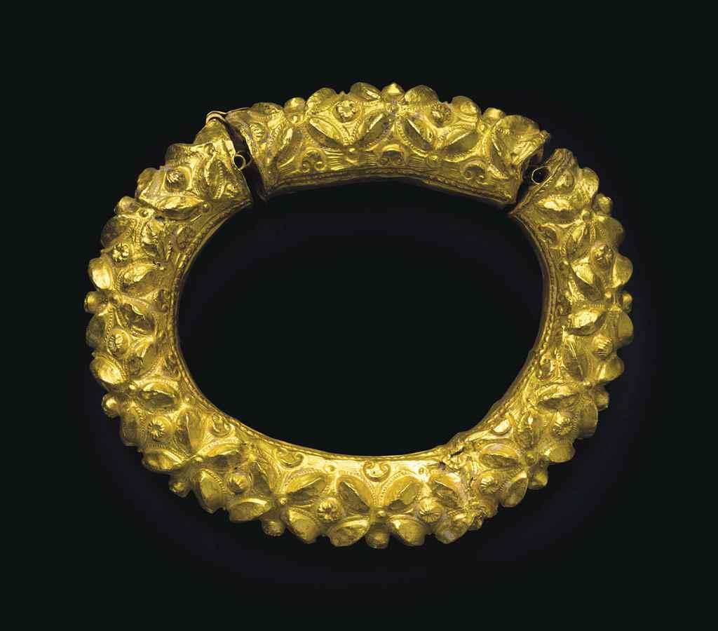 A LATE ROMAN GOLD ARMLET