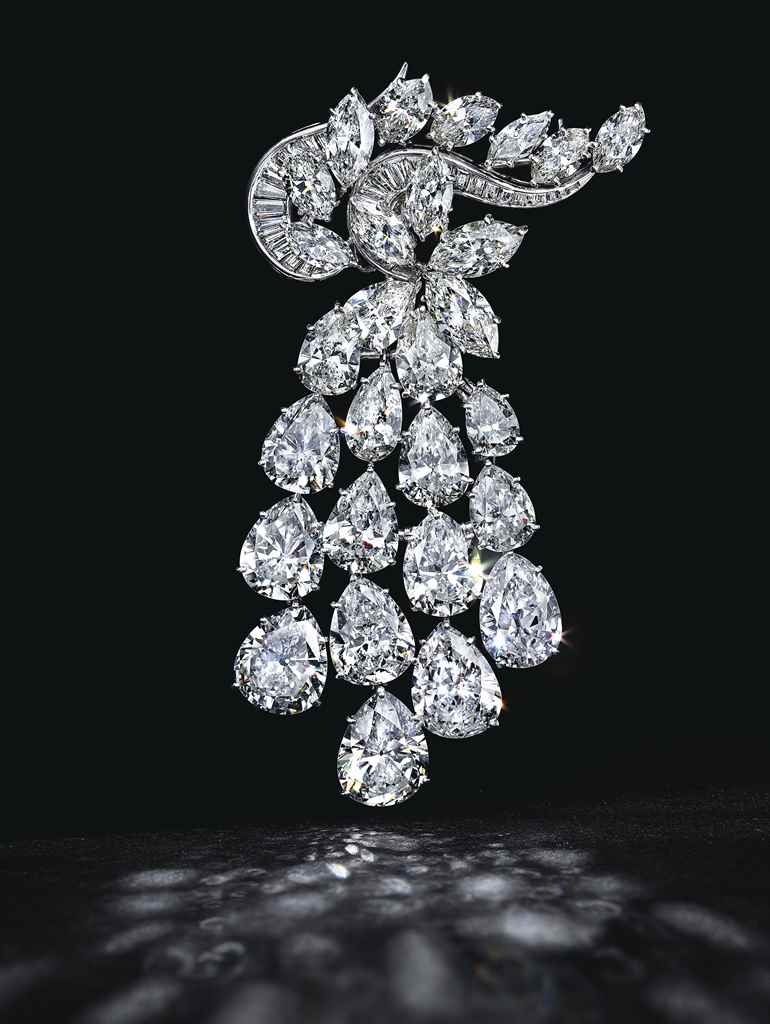 A DIAMOND CLUSTER BROOCH, BY H