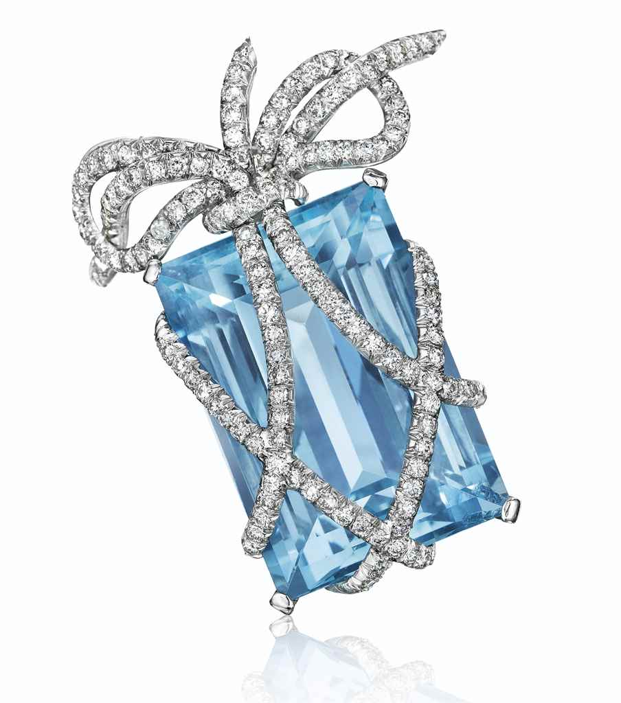 AN AQUAMARINE AND GOLD 'WRAPPE