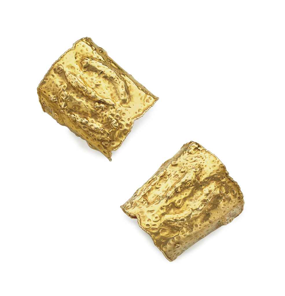 A PAIR OF GOLD 'MANCHETTES' CU