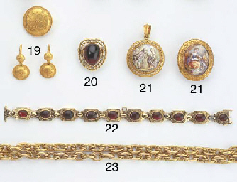 AN ANTIQUE GOLD NECKLACE