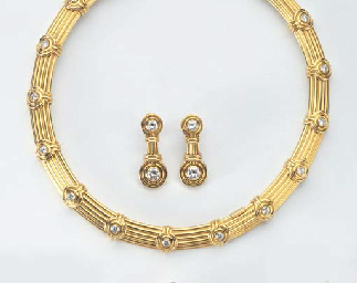A DIAMOND NECKLACE WITH EARCLI