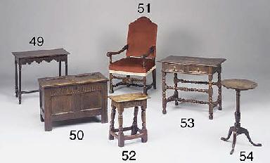 A small oak panelled chest, En