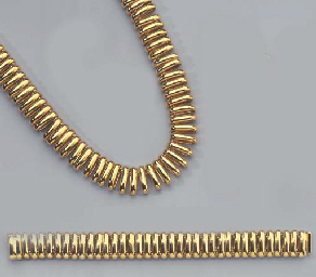 A GOLD NECKLACE AND A BRACELET