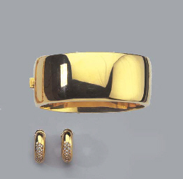 A GOLD BANGLE AND A PAIR OF DI