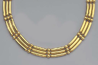 A GOLD NECKLACE AND A PAIR OF