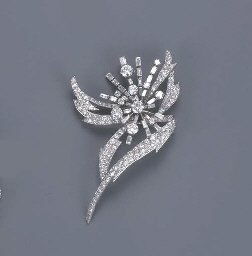 A STYLISED FLORAL SPRAY BROOCH