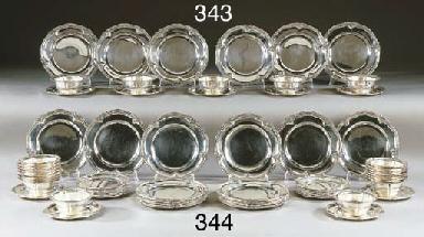 Venti quattro bowls con piatti