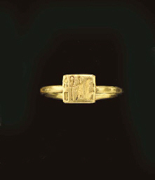 AN EGYPTIAN GOLD FINGER RING