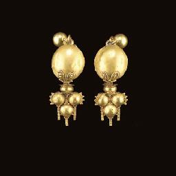 A PAIR OF ROMAN GOLD EARRINGS