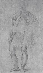 Jeune homme portant un plat