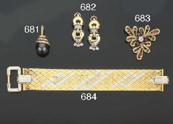Paio di orecchini in oro e bri