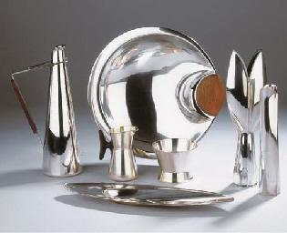 (6) A silver vase (TW2)