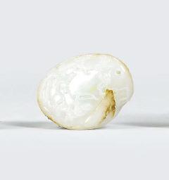 A WHITE JADE PEBBLE PENDANT