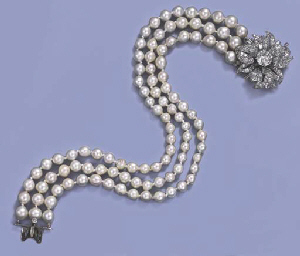 A CULTURED PEARL NECKLACE WITH