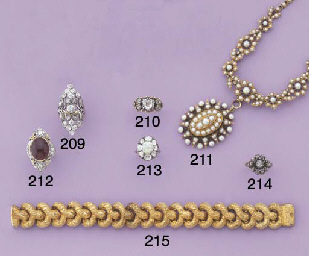 AN ANTIQUE PEARL NECKLACE WITH