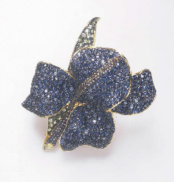 A MULTI-GEM FLOWER BROOCH