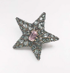 AN EMERALD AND KUNZITE BROOCH,