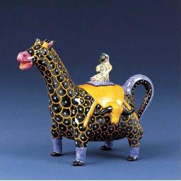 A giraffe tea pot and cover